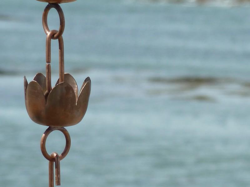 chaine de pluie composée de coupelles en forme de nenuphar