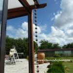 chaines de pluie en descente de toit sur une veranda