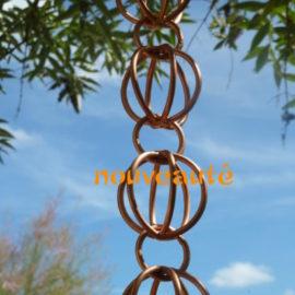 Ponto Cho est une gouttière décorative en cuivre originaire du Japon.